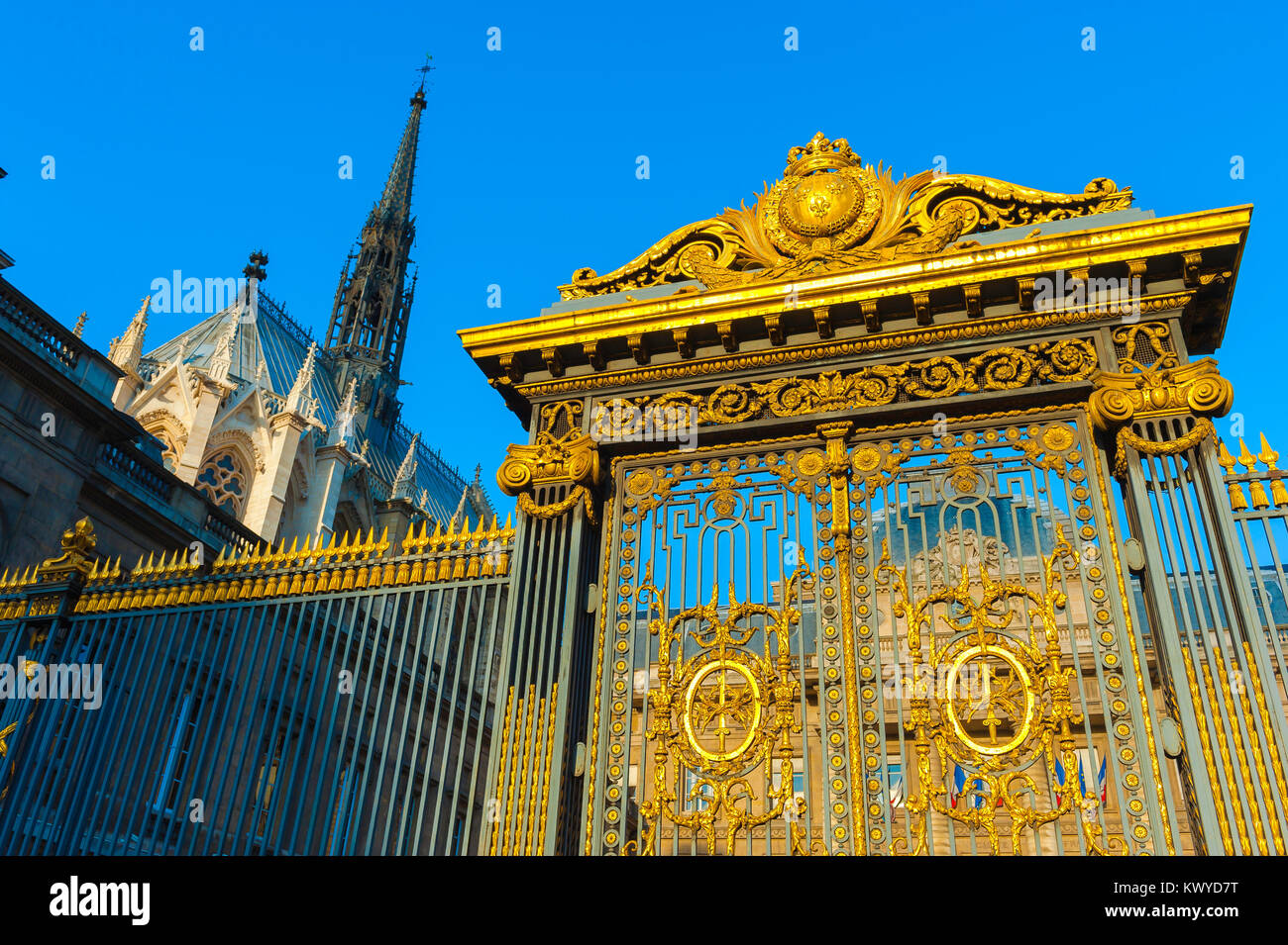 Palais de Justice de Paris, vue de la doré richement portes du Palais de Justice, la Cour suprême du droit Photo Stock