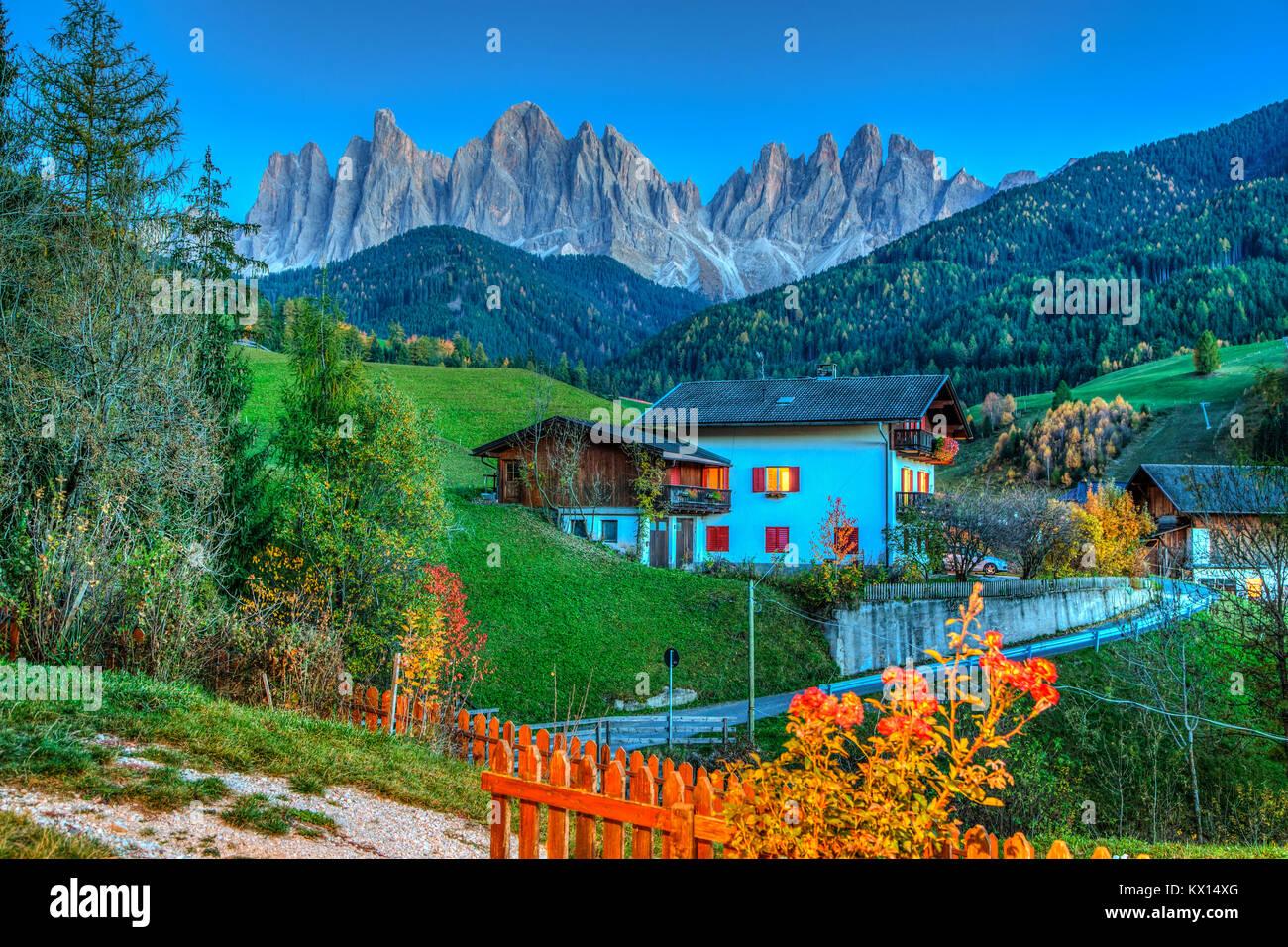 Le Val di Funes Vallée et village de Santa Maddalena avec vue sur les Dolomites, le Tyrol du Sud, Italie, Europe. Banque D'Images