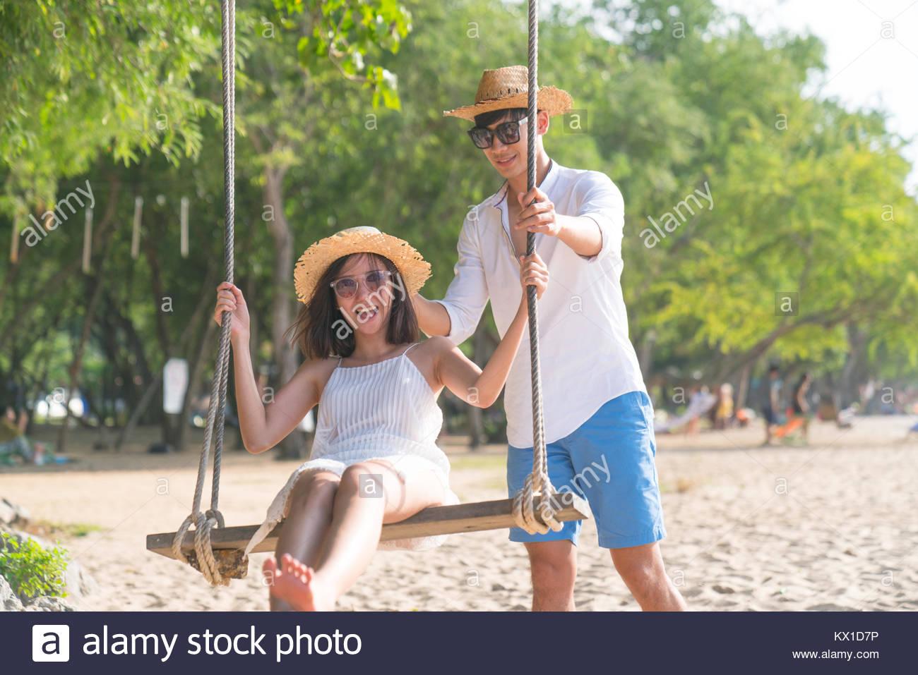 Couple sur Paradise beach resort de miel partage Photo Stock