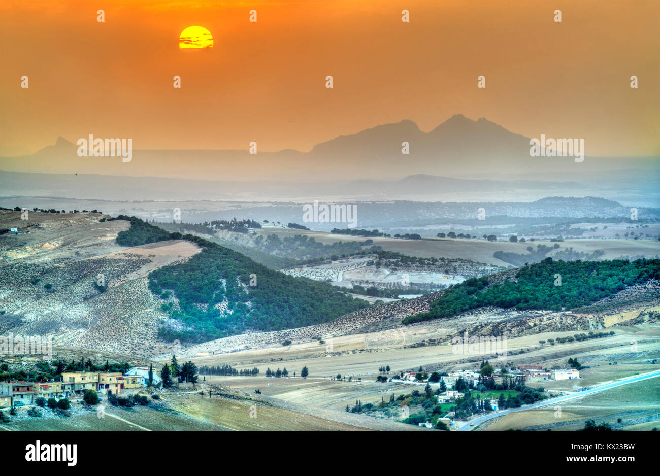 Coucher du soleil au-dessus de collines dans le nord-ouest de la Tunisie près de Le Kef Photo Stock