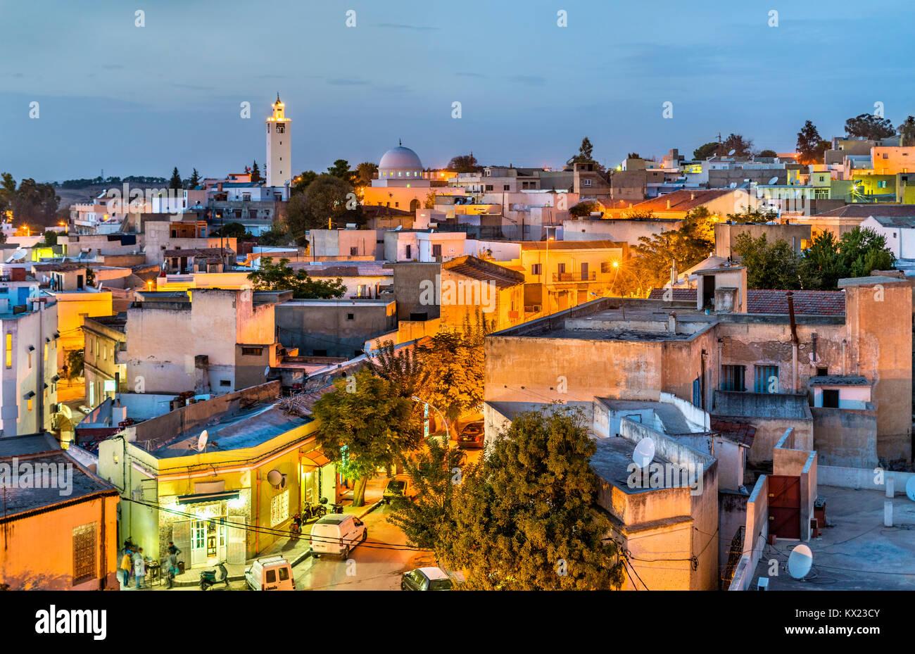 Skyline nuit d'El Kef, une ville du nord-ouest de la Tunisie Photo Stock