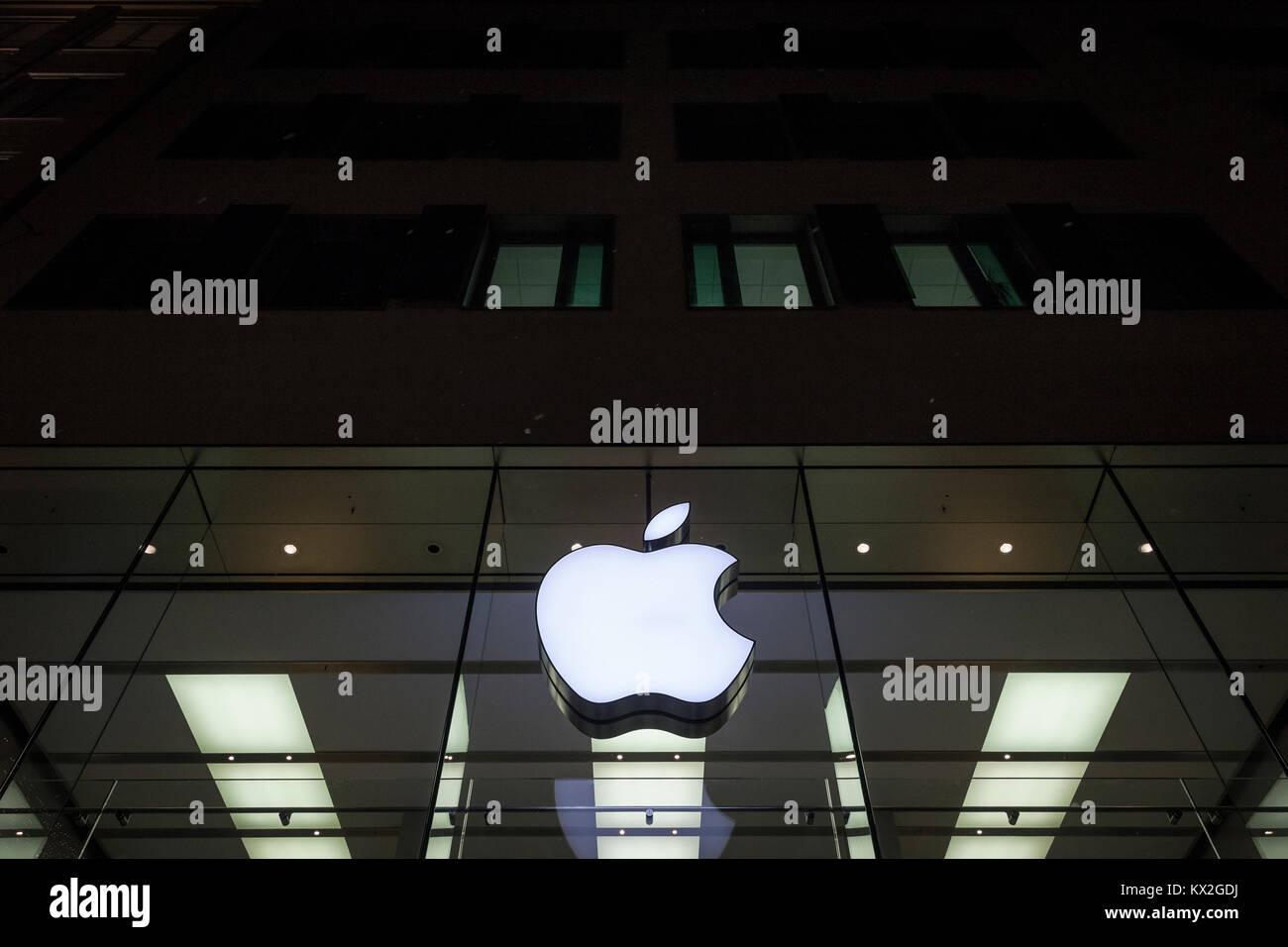 MUNICH, ALLEMAGNE - le 17 décembre 2017: logo Apple sur l'Apple Store de Munich prise lors d'une Photo Stock
