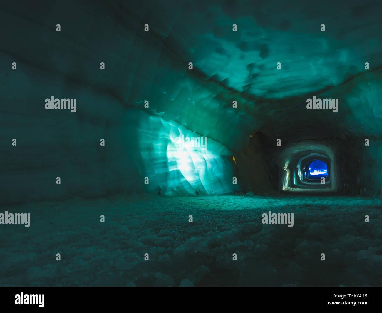 Tunnel dans la caverne de glace dans le glacier de Langjökull en Islande Photo Stock