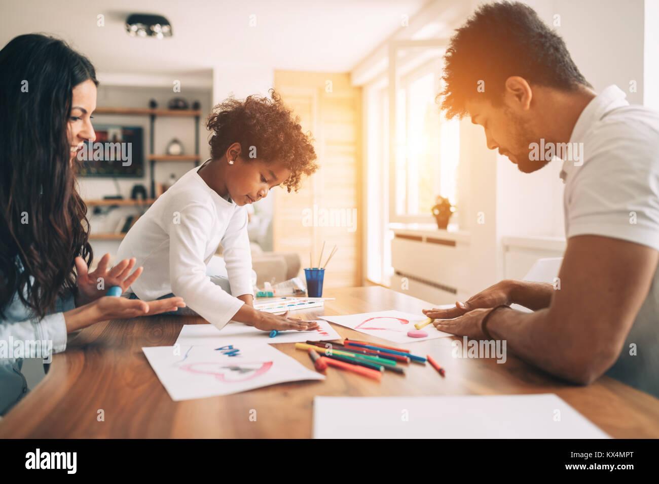 Heureux jeune famille, se détendre et s'amuser à la maison Banque D'Images