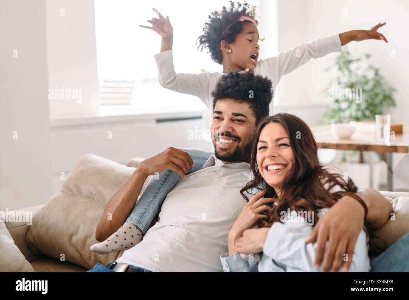 Vie de famille portrait d'une maman et papa avec leur enfant Banque D'Images