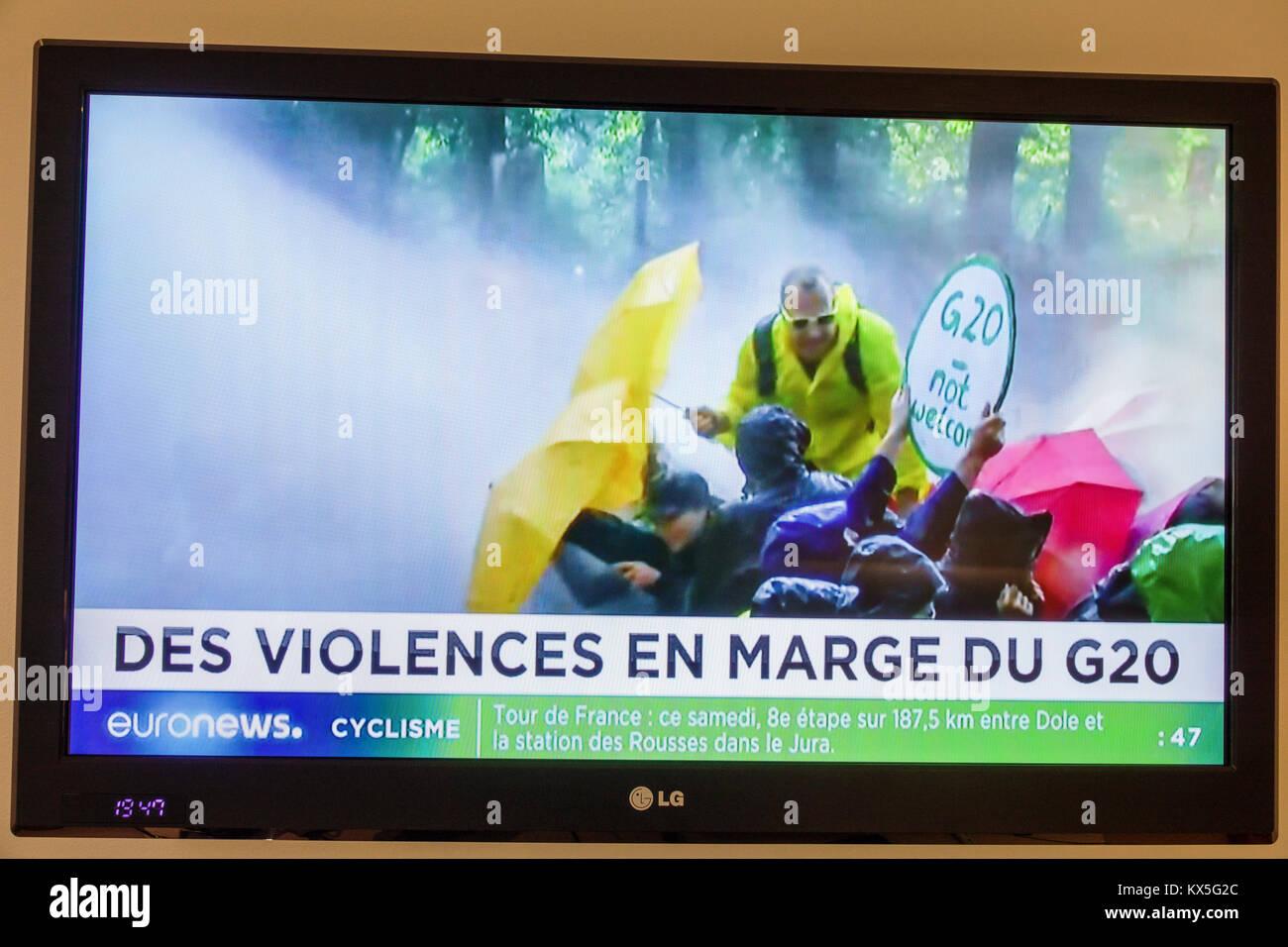 Porto Portugal television ecran plat moniteur tv euronews titre du programme du sommet du G20 de violentes manifestations Photo Stock