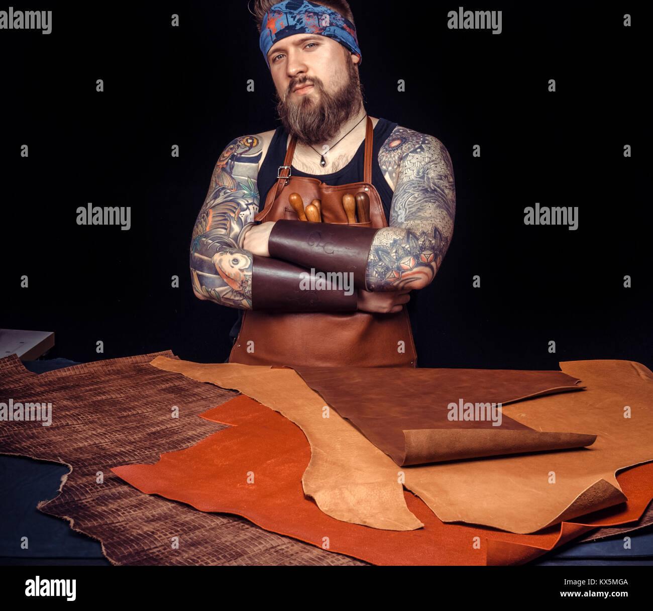 Workman cuir travaille avec des articles en cuir Photo Stock