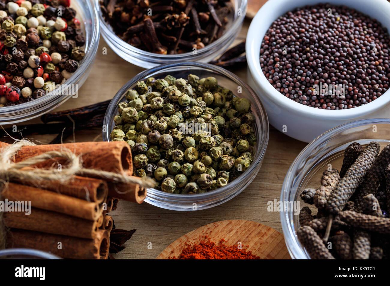 Poivron vert et autres épices sur une surface en bois Photo Stock