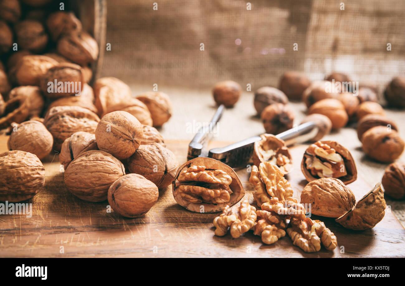 Les noix et un vieux casse-noisettes sur une table Photo Stock