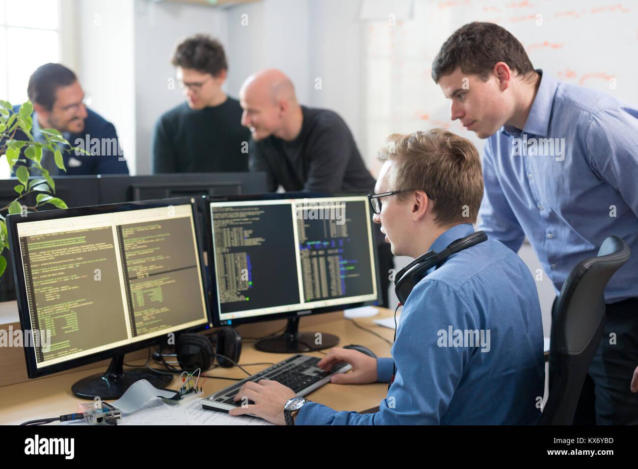 Logiciel de démarrage d entreprise, développeur travaillant sur ordinateur  de bureau. Photo Stock fff4a2d3c2a0