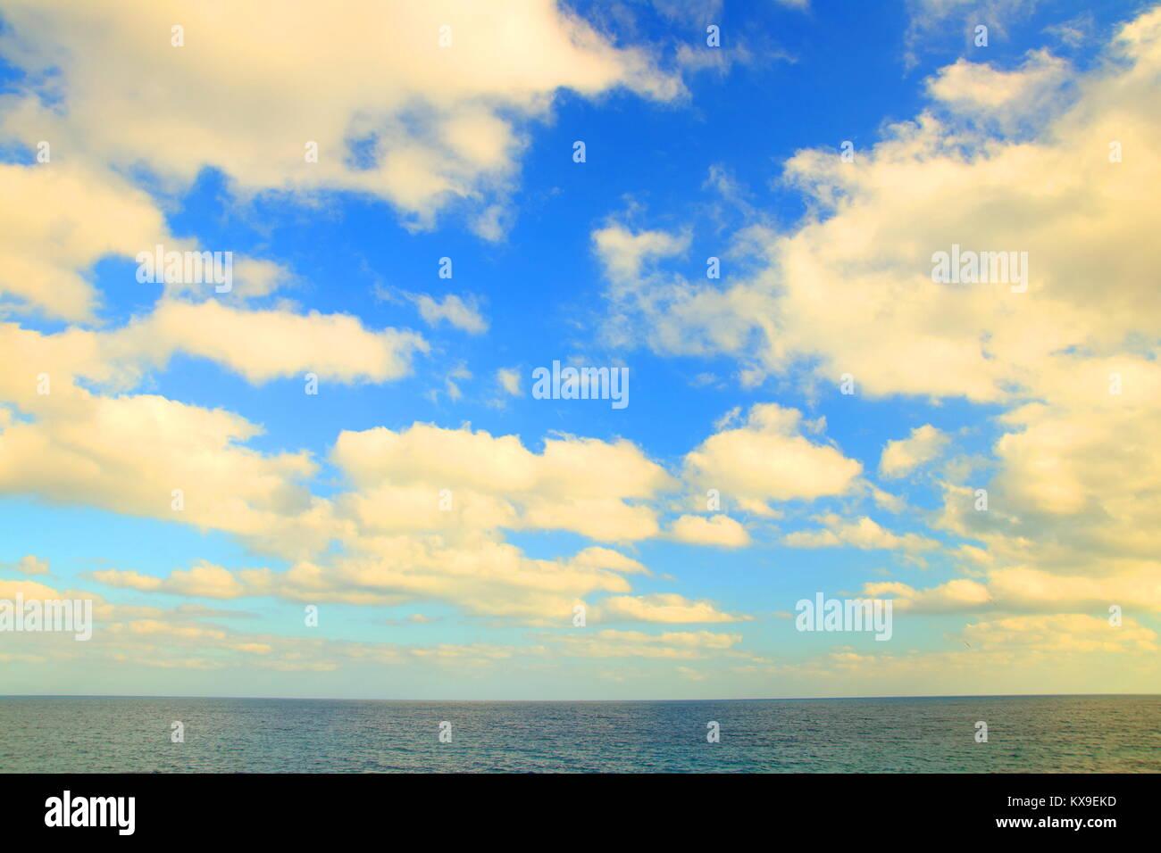 Ciel nuageux et horizon de mer Photo Stock