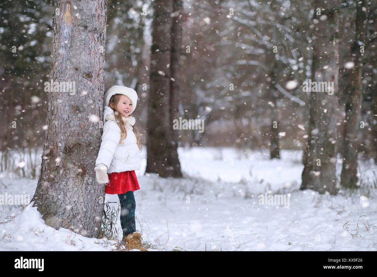 Un conte d'hiver, une jeune mère et sa fille ride un traîneau Photo Stock