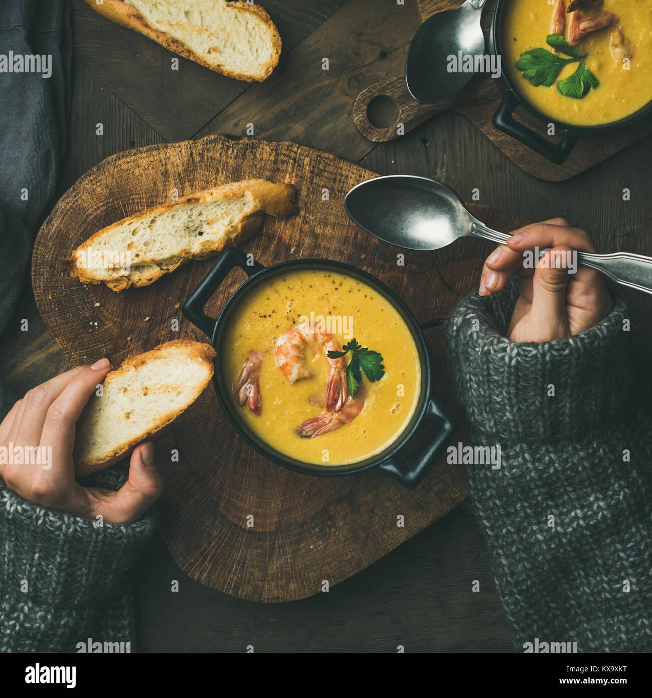 Pull femme en mangeant de la soupe de maïs aux crevettes, carré petit Photo Stock