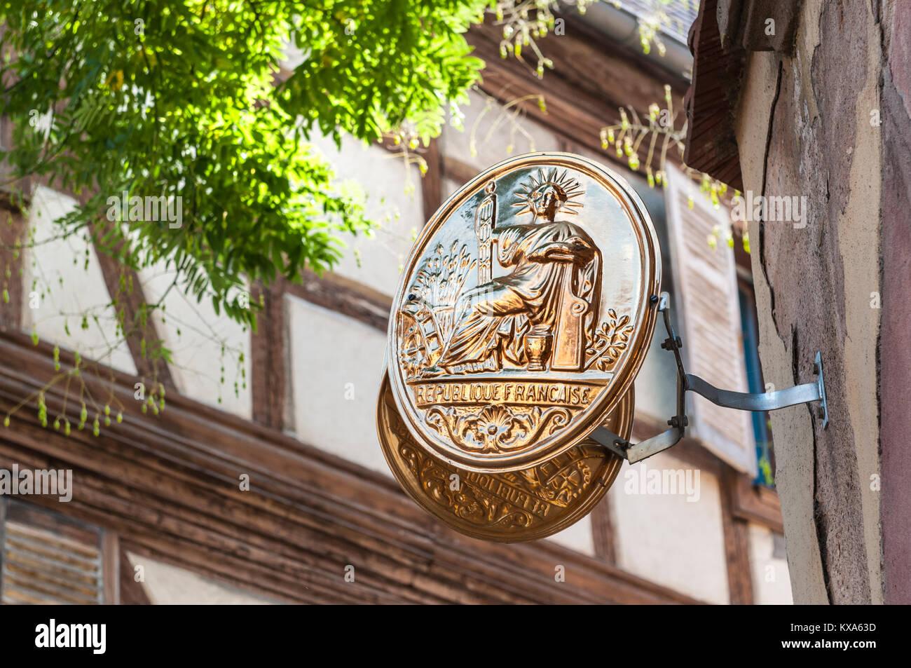 Plaque en laiton indiquant 'bureaux officiel Republique Francais' à l'extérieur du Bureau Photo Stock