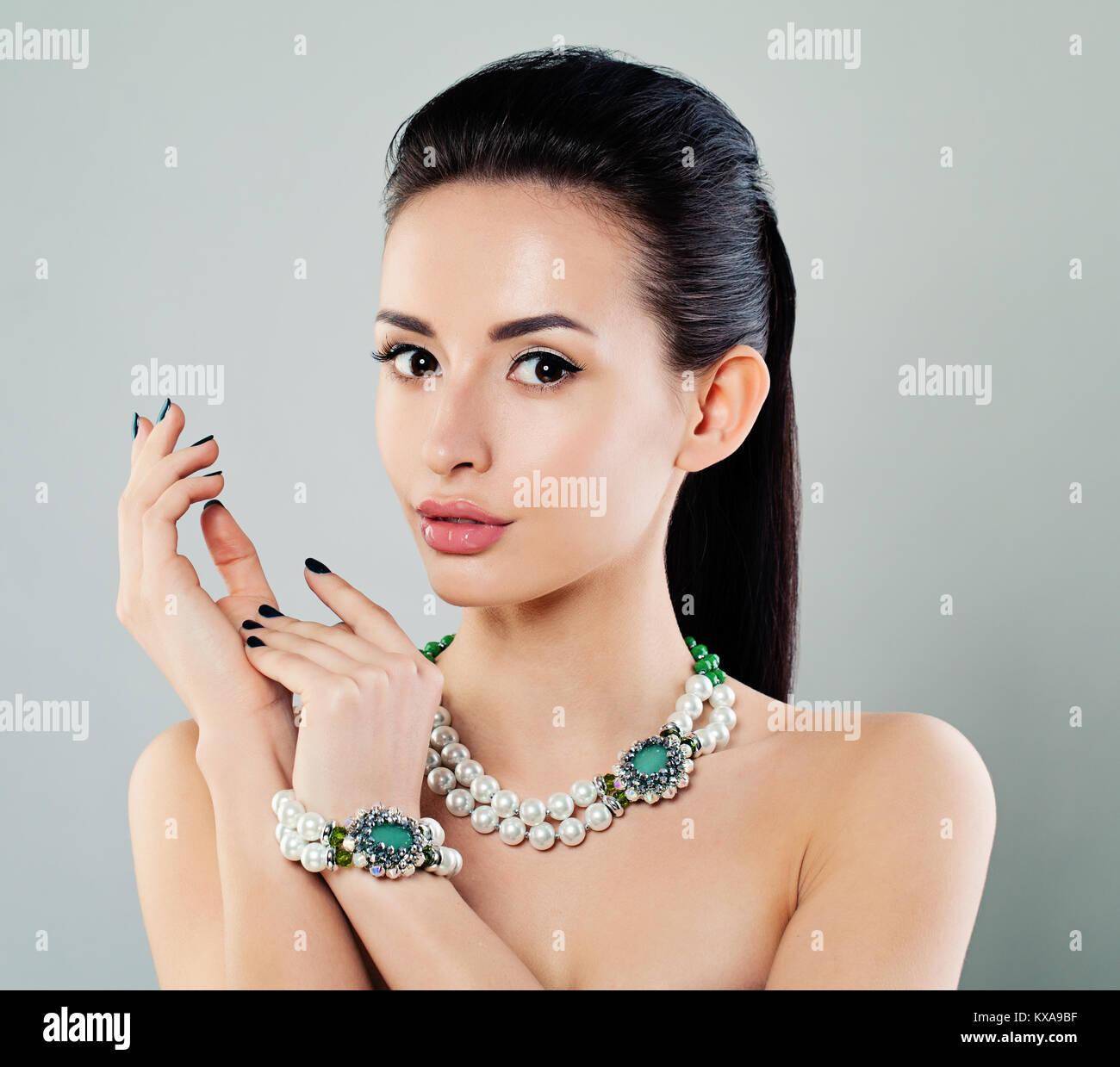 Et Jeune Beau MaquillageManucureCollier Mannequin Le Femme Avec cRj34L5Aq
