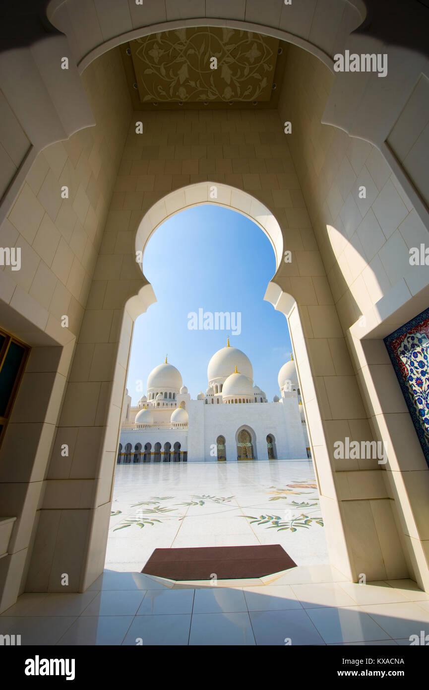 Entrée de la cour intérieure de la mosquée Sheikh Zayed à Abu Dhabi Photo Stock