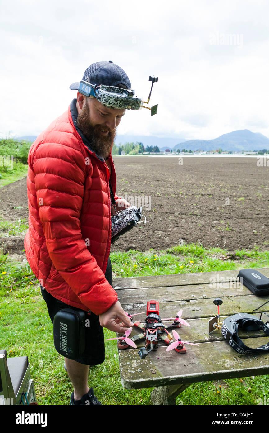 Pilote de drone en utilisant la réalité virtuelle, Chilliwack, British Columbia, Canada Banque D'Images