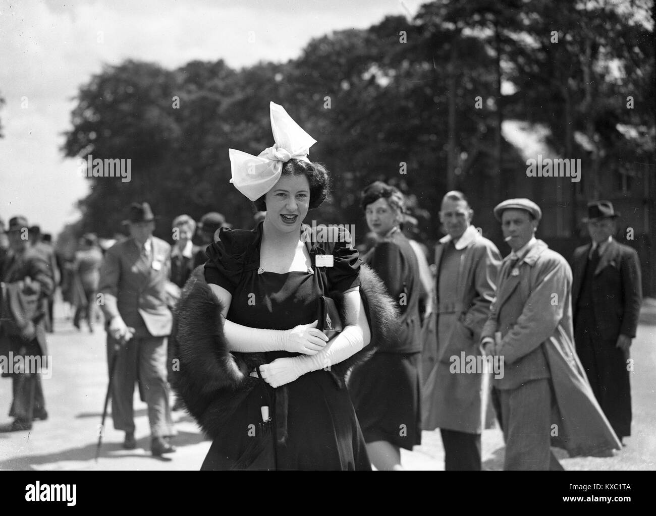 Tourner La Tete Pour Regarder Une Jeune Femme A La Mode Chic Avec Sa Robe Et Chapeau A Royal Ascot 1937 Photo Stock Alamy