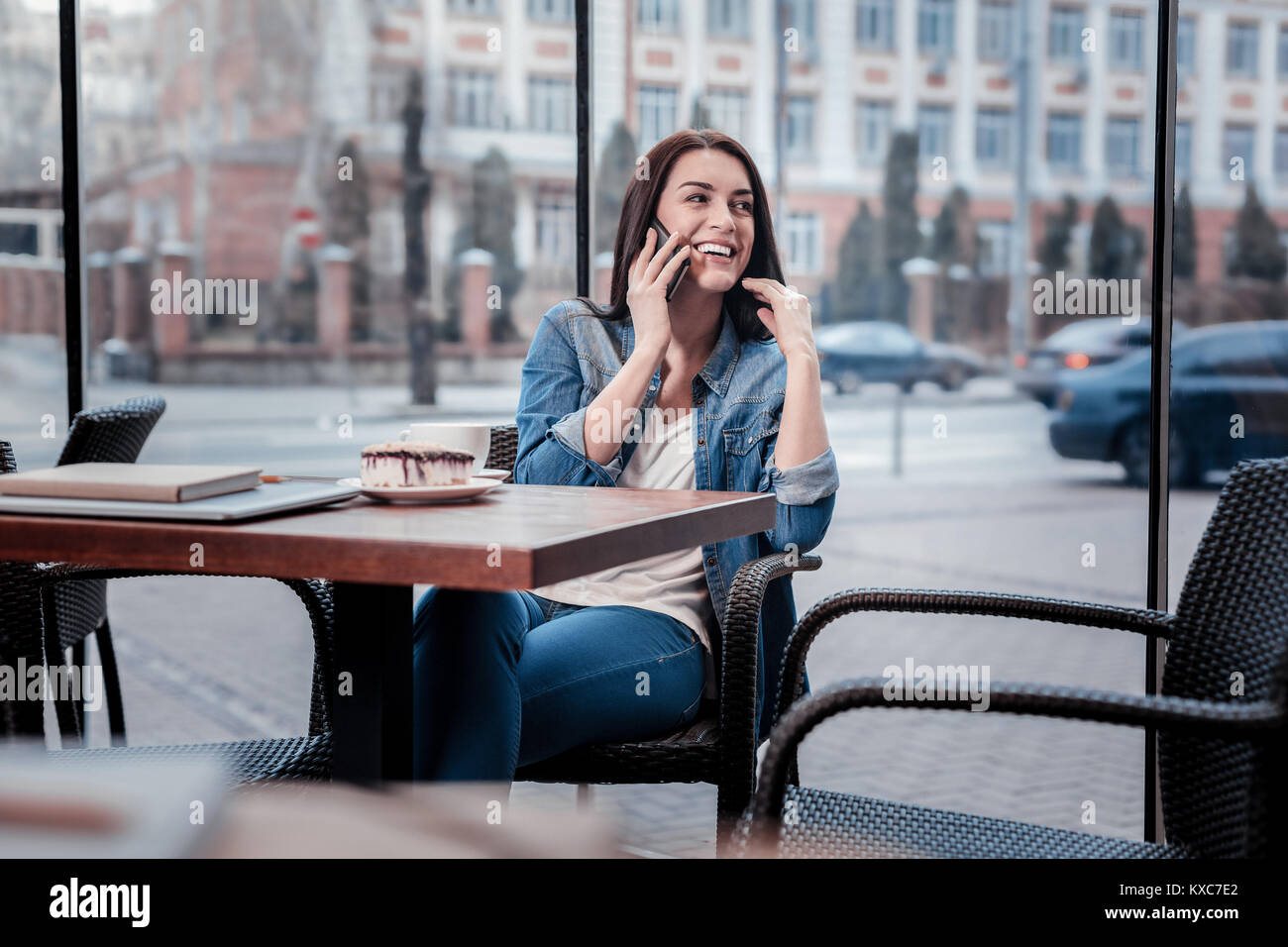 Cheerful indépendant ayant une conversation téléphonique agréable Photo Stock