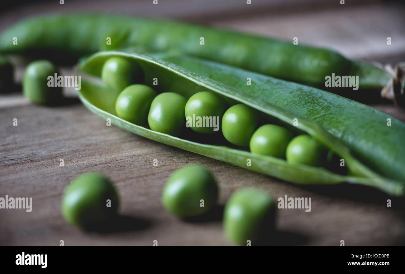Close-up de petits pois sur table Photo Stock