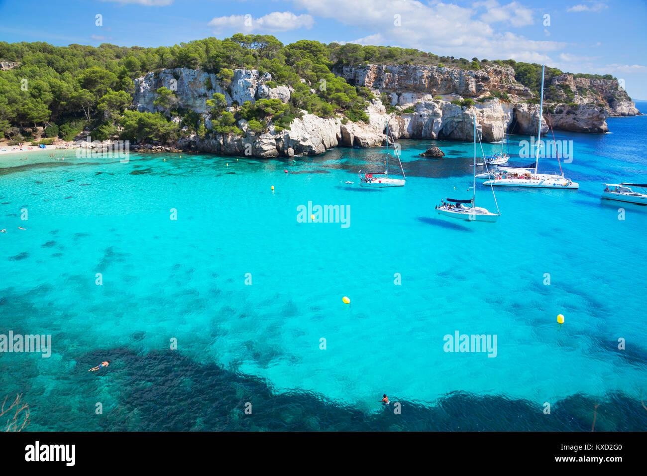 Vue sur Cala Macarella et voiliers, Minorque, Iles Baléares, Espagne, Europe Photo Stock