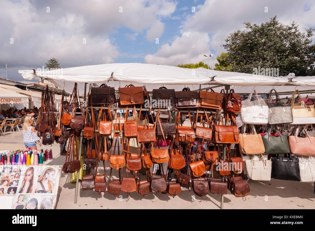 Sacs en cuir à vendre à l street market dans Mahon , Menorca , Baléares fd53dcf8b5d