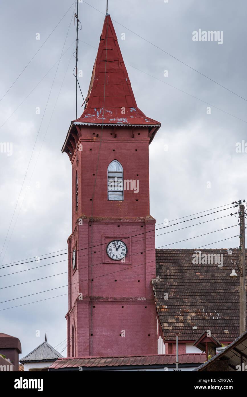 Un tour de l'horloge de l'église peinte en rouge. Madagascar, l'Afrique. Photo Stock
