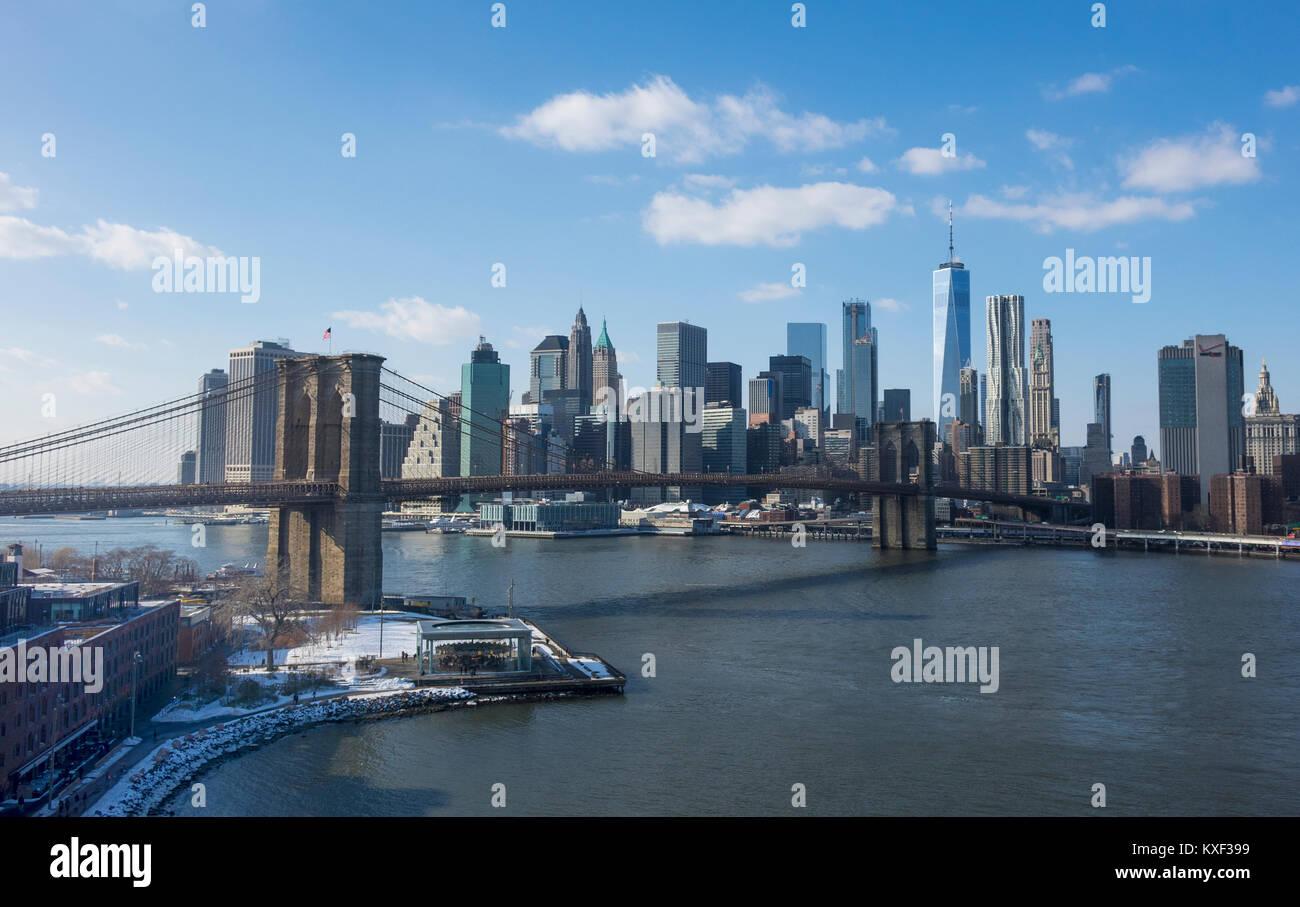 Le Pont de Brooklyn et le Lower Manhattan vu du côté de Brooklyn de l'East River en hiver Photo Stock