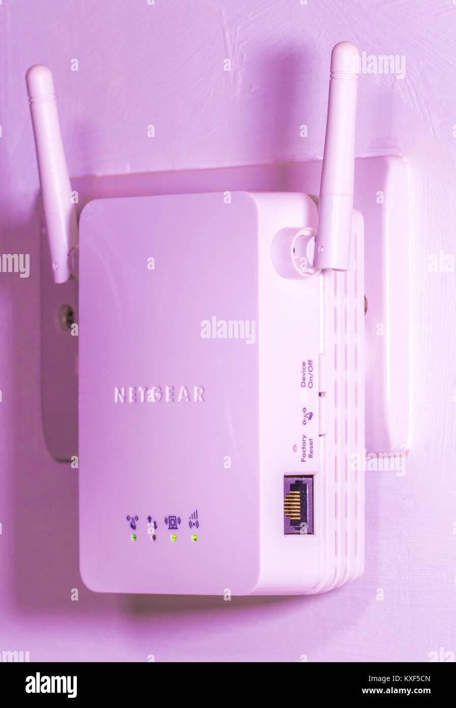 Netgear Wi-Fi/Internet sans fil wi-fi extender, avec deux antennes branchées sur une prise murale, avec activité Photo Stock