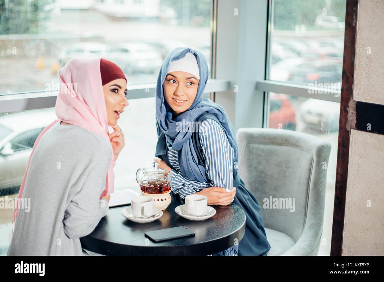 Portrait de deux femmes à parler tout en bénéficiant de café Banque D'Images