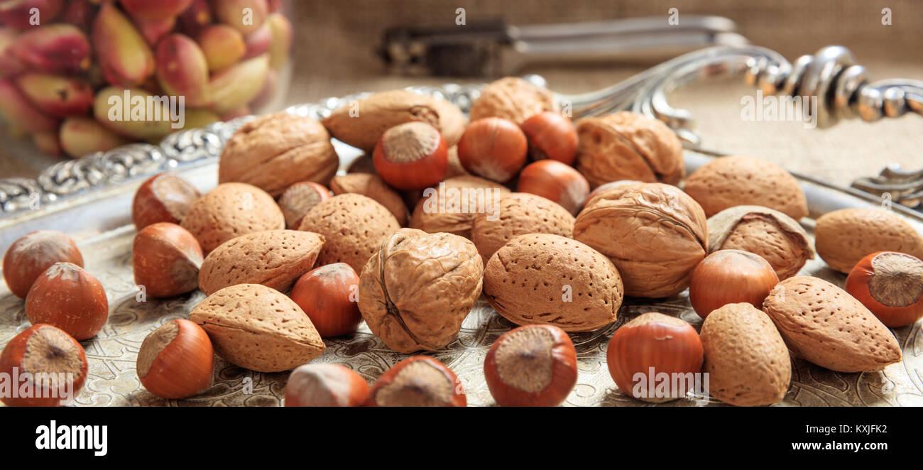 Amandes, noix et noisettes sur un plateau d'argent Photo Stock