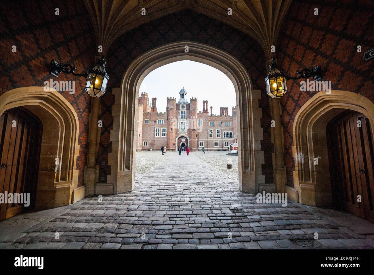 Hampton Court Palace est un palais royal, dans le quartier de Richmond, à Londres. Il a deux styles architecturaux Photo Stock