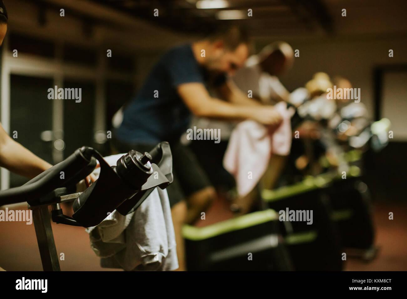 Groupe classe vélo à l'intérieur. D'entraînement de forme physique de Weightloss Photo Stock