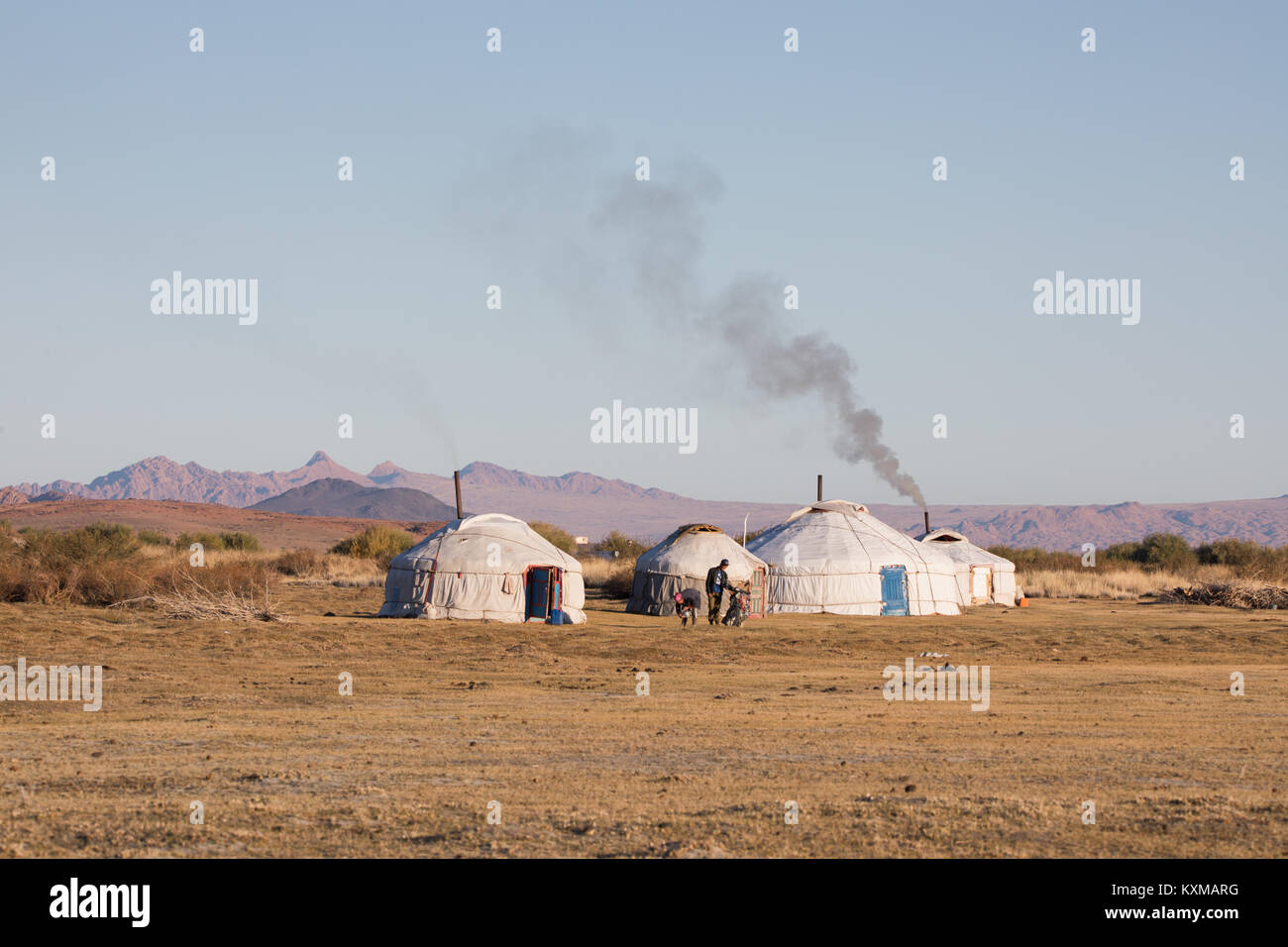 Cheminée de fumée gers mongol de la famille traditionnelle de la communauté rurale la vie côté Photo Stock