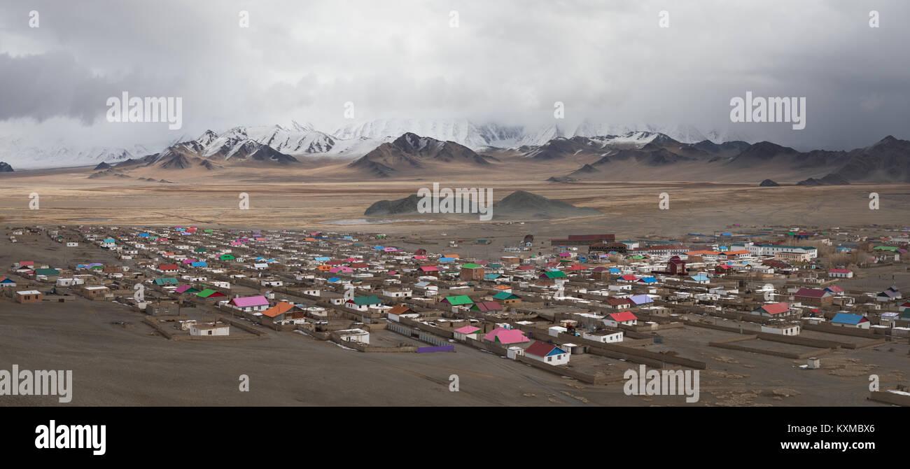 Ville Ville de Mongolie Les montagnes enneigées de l'hiver des prairies des Plaines Photo Stock