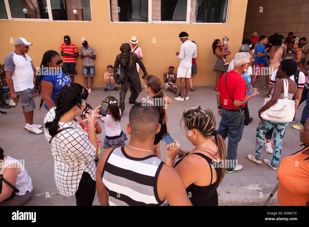 Les cubains se sont réunis autour d'un hotspot Wi-Fi avec leur téléphone cellulaire à La Photo Stock
