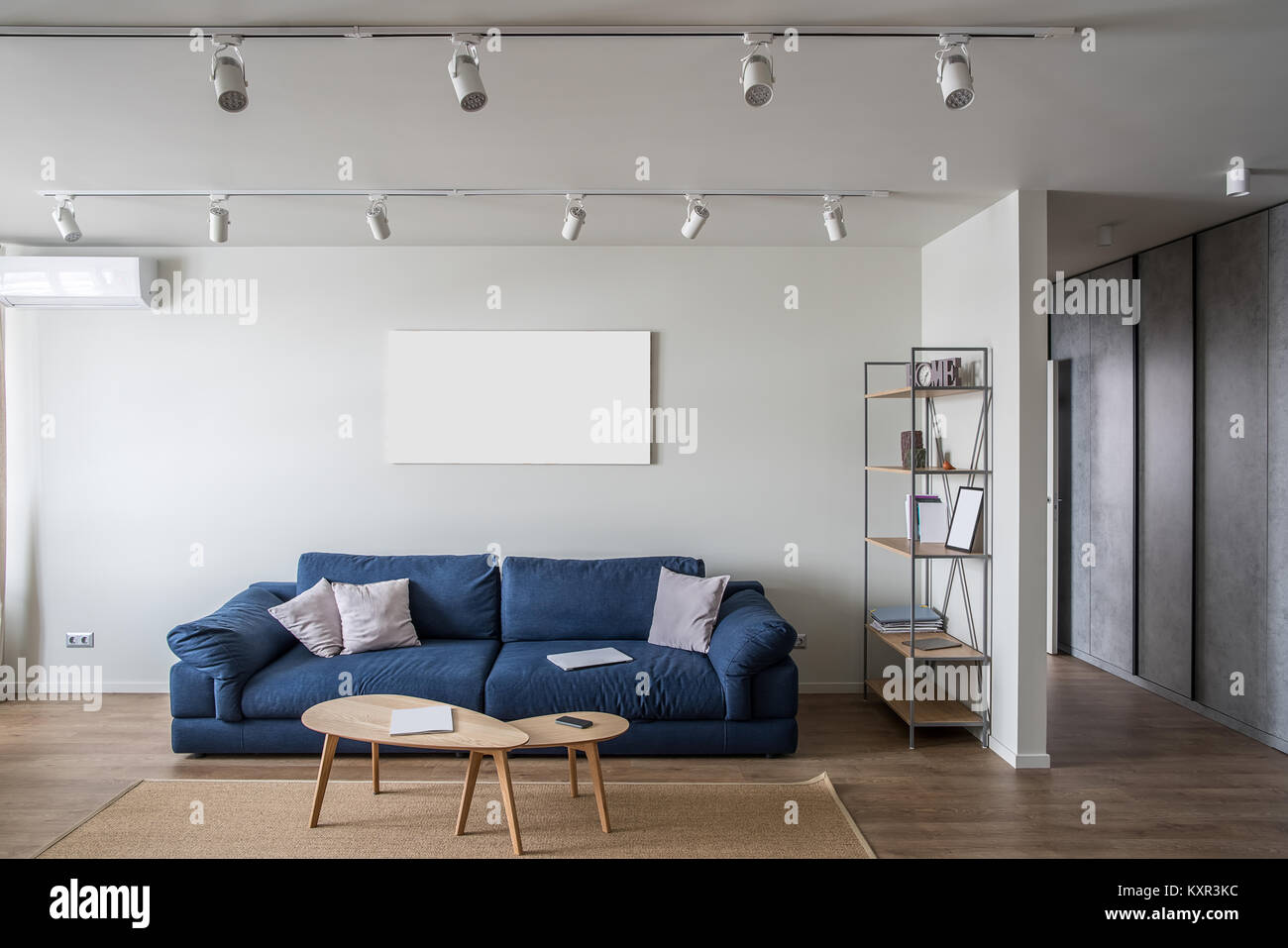 Intérieur contemporain avec des murs blancs et un plancher avec un ...