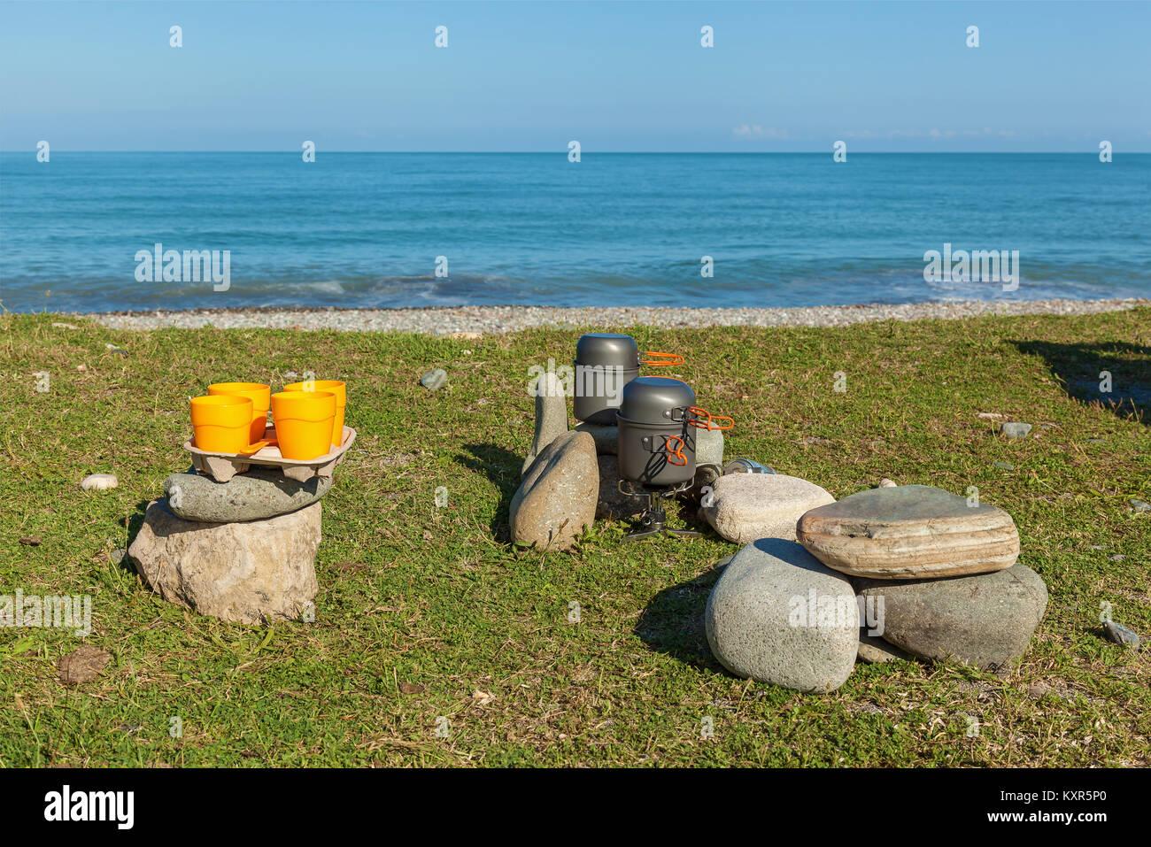 Camping de cuisine. Un ensemble de vaisselle de camping pour un pique-nique sur la plage. Camping ustensiles pour Photo Stock