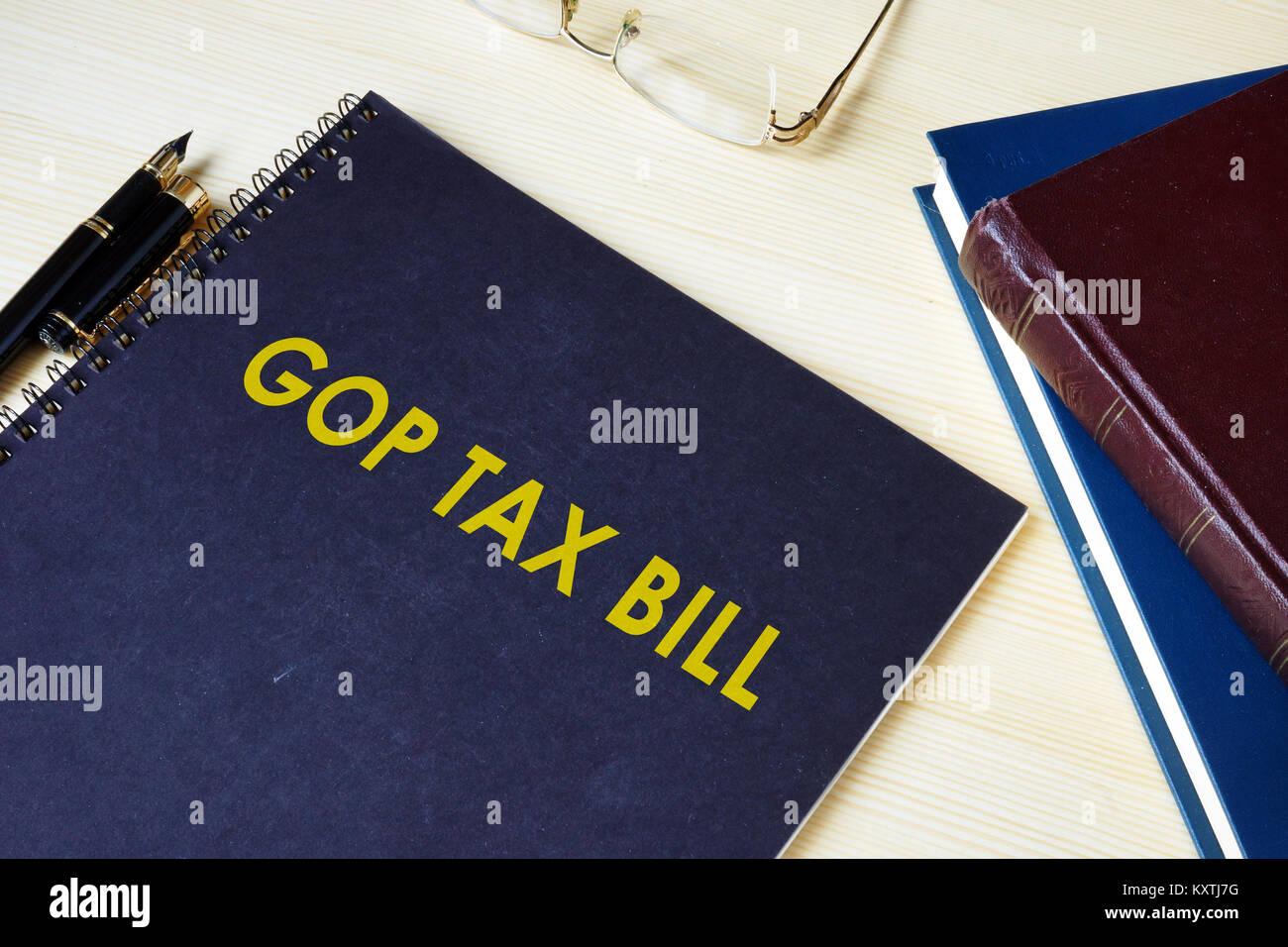 Le projet de loi fiscal GOP sur un bureau et lunettes. Banque D'Images
