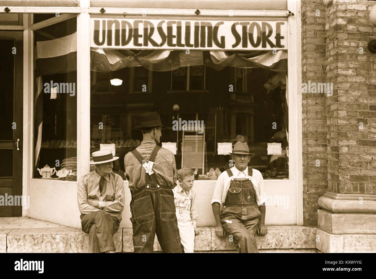 """Samedi après-midi à Londres, l'Ohio, """"la rue principale""""; Discount Store Photo Stock"""
