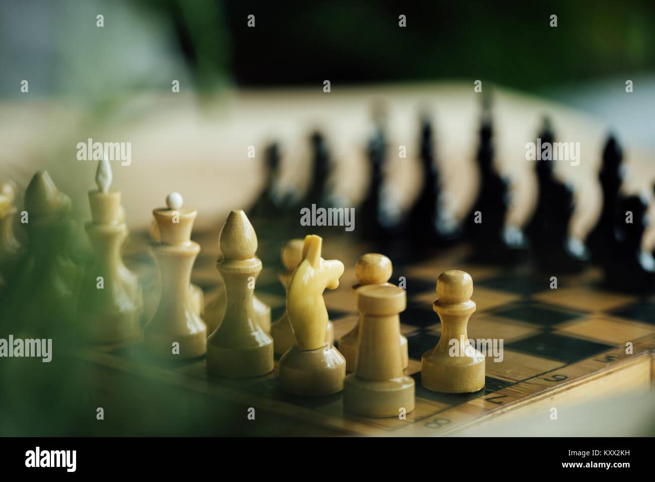 Ancien conseil d'échecs défini pour un nouveau jeu sur la table. Selective focus on white pièces des échecs Banque D'Images