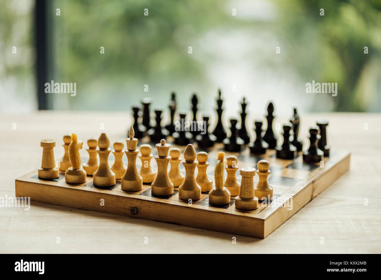 Ancien conseil d'échecs défini pour un nouveau jeu sur la table. Selective focus sur les chiffres d'échecs blanc Banque D'Images