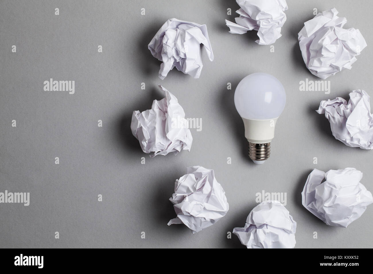 Concept d'inspiration et d'imagination. lightbulb with documents papier froissé blanc Photo Stock