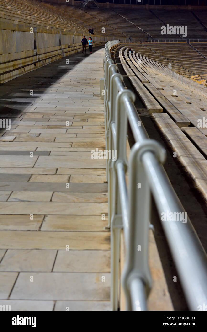 Résumé de longues lignes de chemin en pierre, coin et main courante avec une légère courbe, Photo Stock