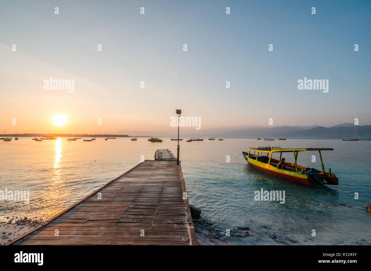 Belle plage de Gili Trawangan, ou simplement Gili T, est la plus grande des trois îles Gili au large de Lombok. Photo Stock