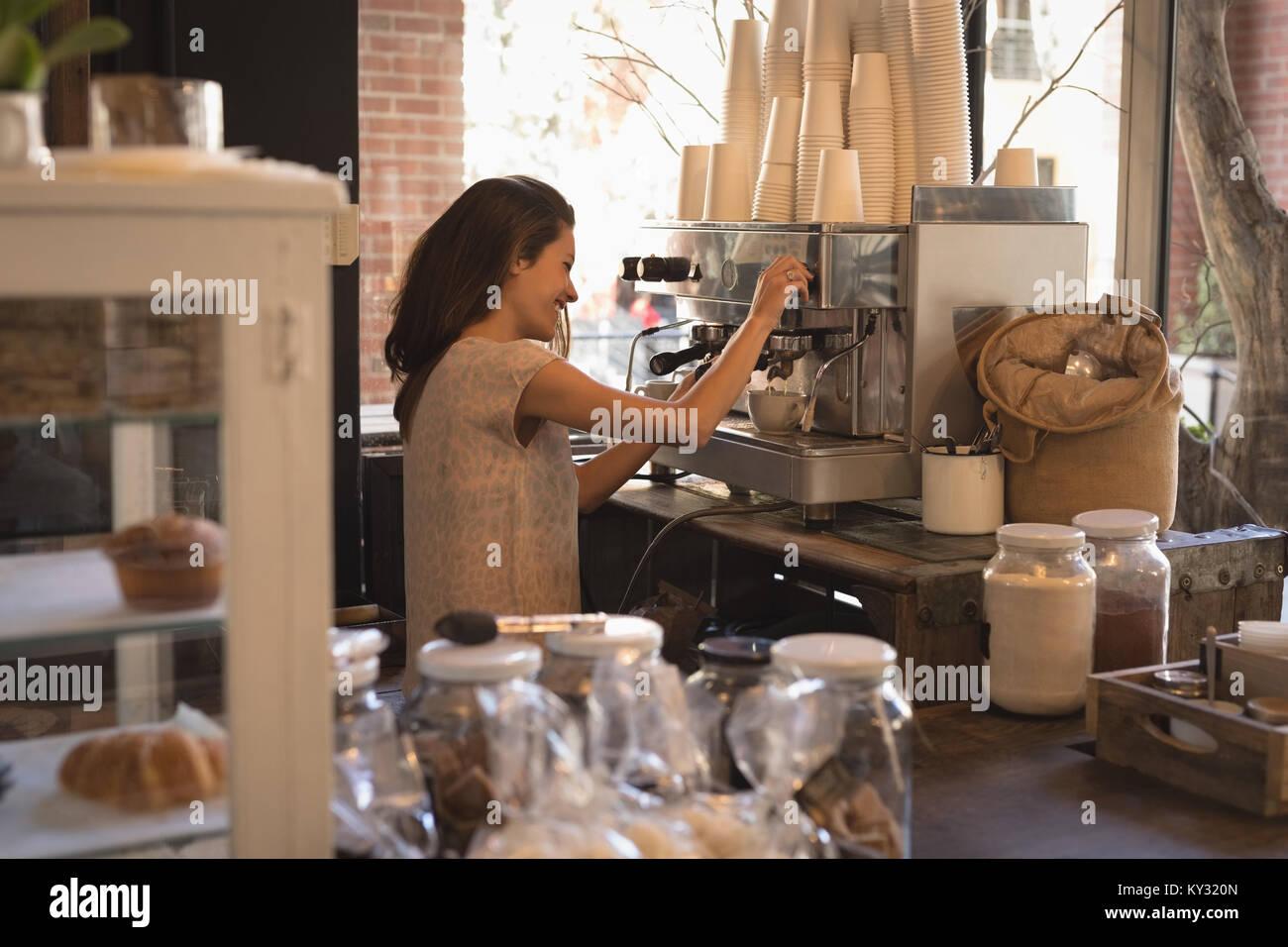 Smiling waitress décisions tasse de café Photo Stock