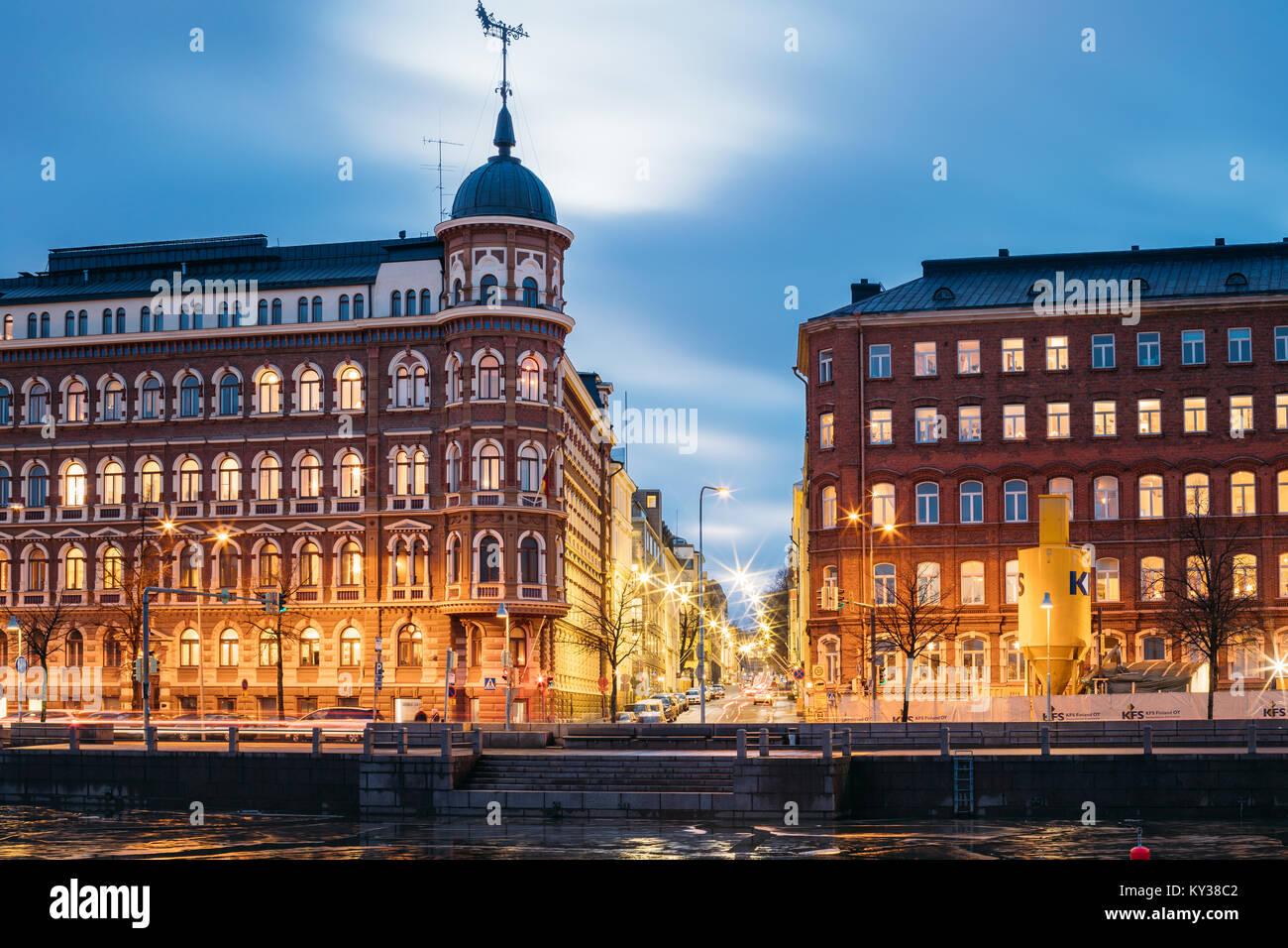 Helsinki, Finlande - décembre 9, 2016: Carrefour de Pohjoisranta et Kirkkokatu Street dans la soirée Photo Stock