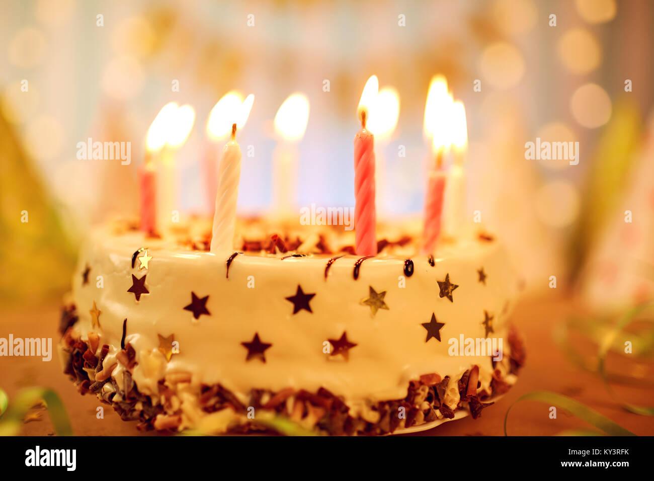 Joyeux Anniversaire Gâteau Avec Bougies Banque Dimages Photo Stock