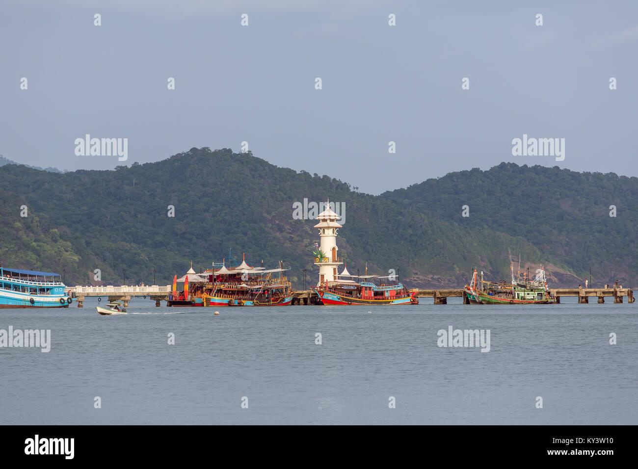 Phare sur une jetée sur l'île de Koh Chang en Thaïlande Photo Stock