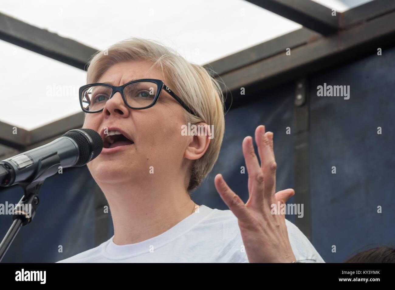 Réfugié bosniaque Zrinka Bralo de citoyens UK parle lors de la Park Lane rally avant que les réfugiés Photo Stock